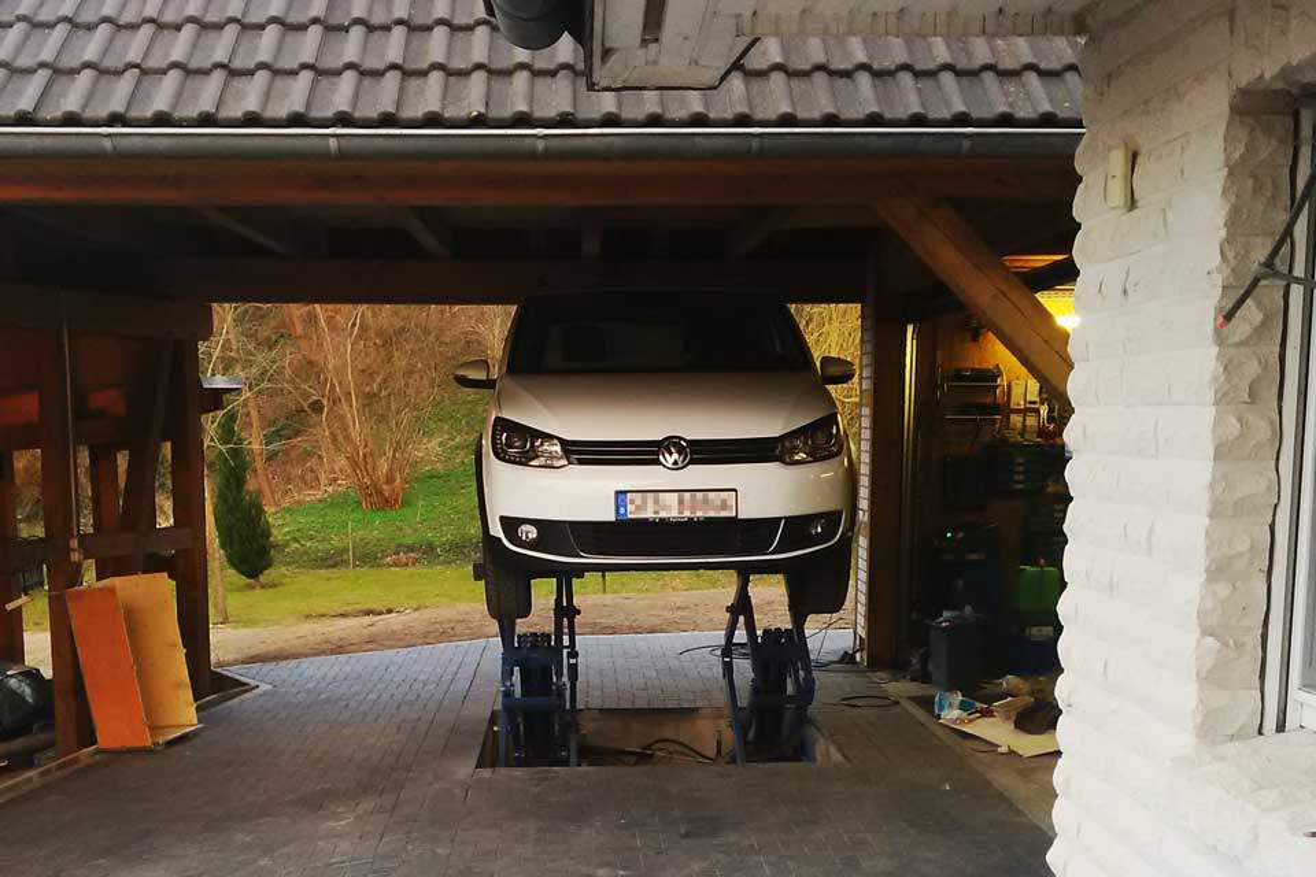 Kunde aus Sternberg mit seiner 3.0t Profi Scherenhebebühne Unterflur mit Auto
